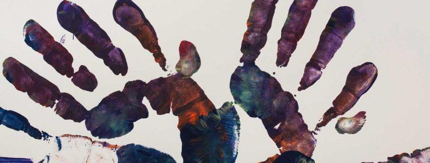 Ilustración artística de manos abiertas para explicar qué es la osteopatía