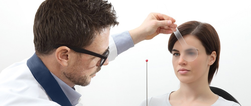 Optometrista revisando un paciente